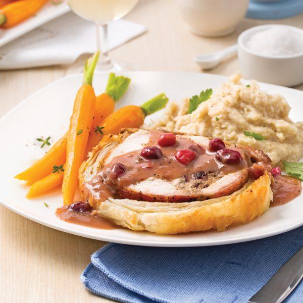 Roulés de dinde et bacon en croûte, sauce aux canneberges