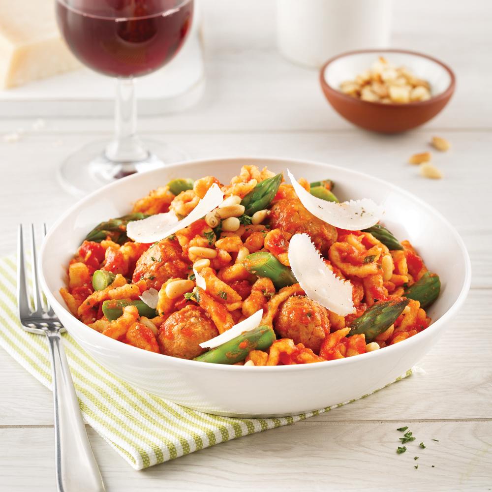One pot pasta aux saucisses, asperges et sauce tomate