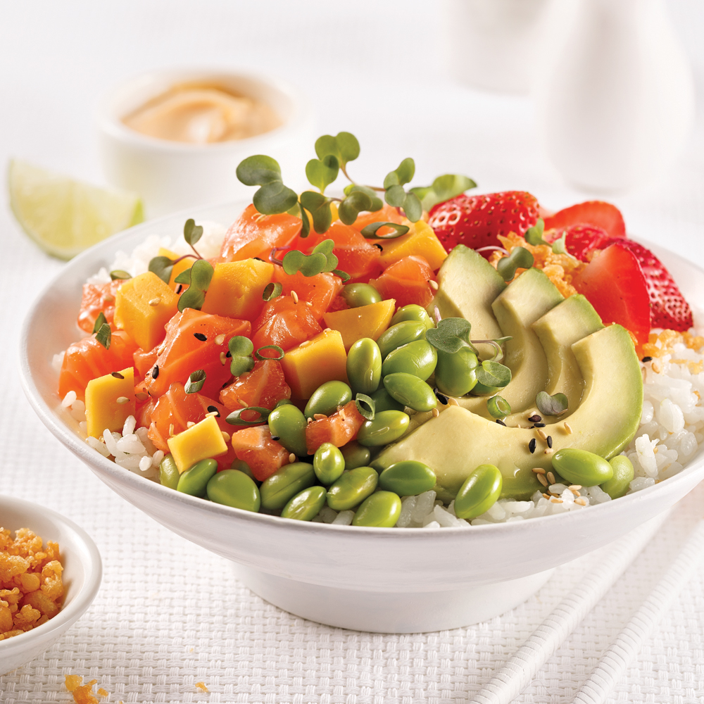 Poke bowl au saumon, mangue et fraises