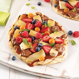 Pizza dessert au brie, chocolat et framboises