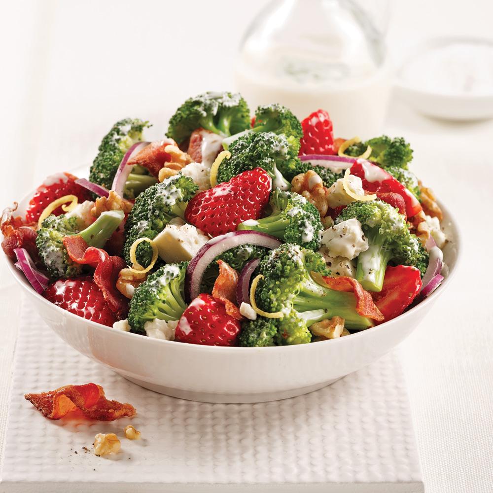 Salade de brocoli, fraises et bacon