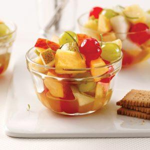 Salade de fruits classique avec cerises au marasquin