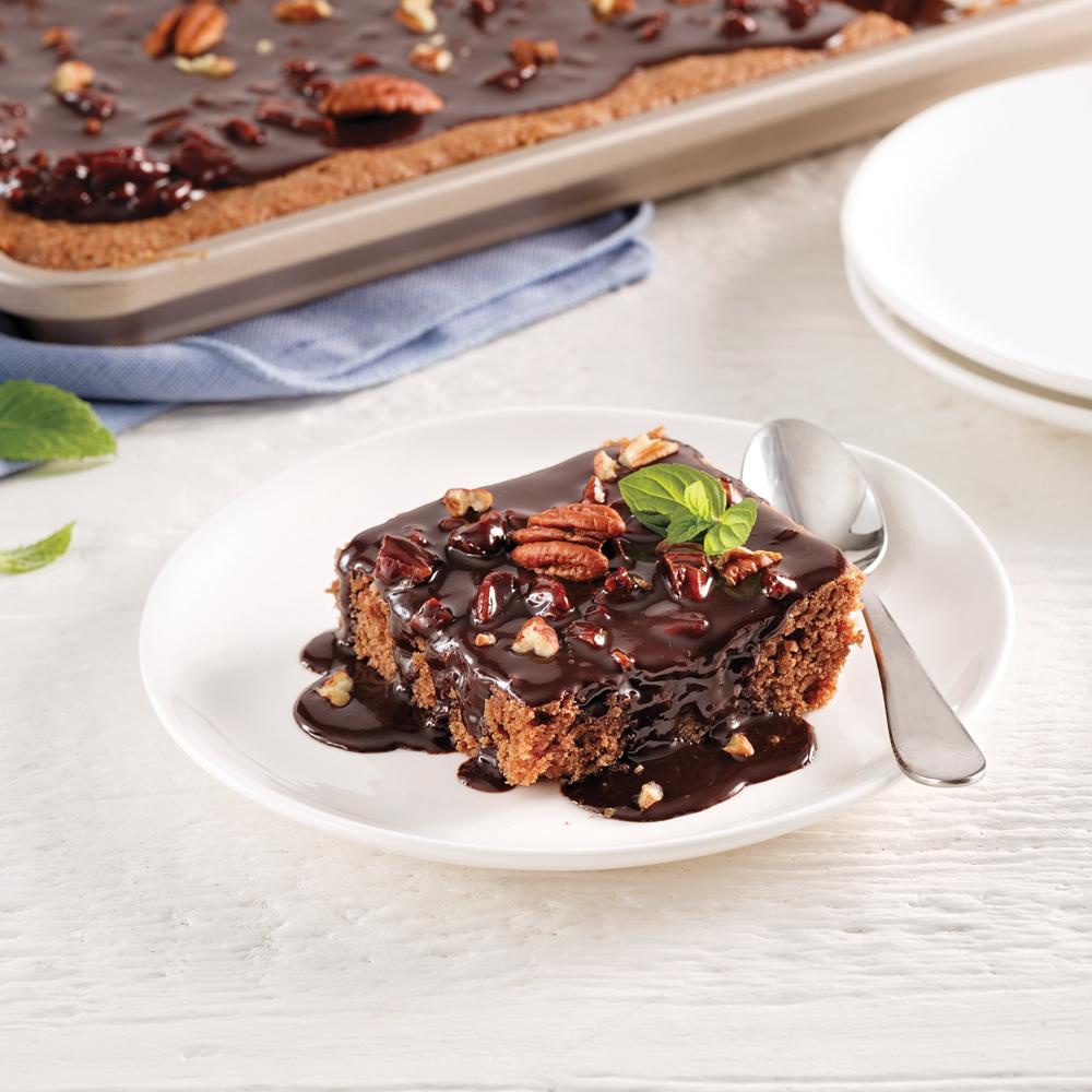 Gâteau au chocolat et pacanes cuit sur la plaque