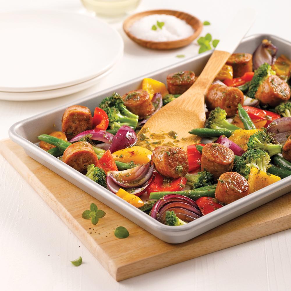 Saucisses et légumes au pesto sur la plaque