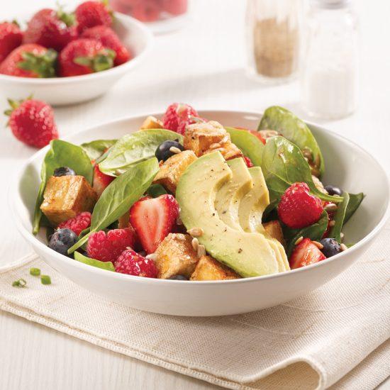 Salade de tofu grillé et petits fruits