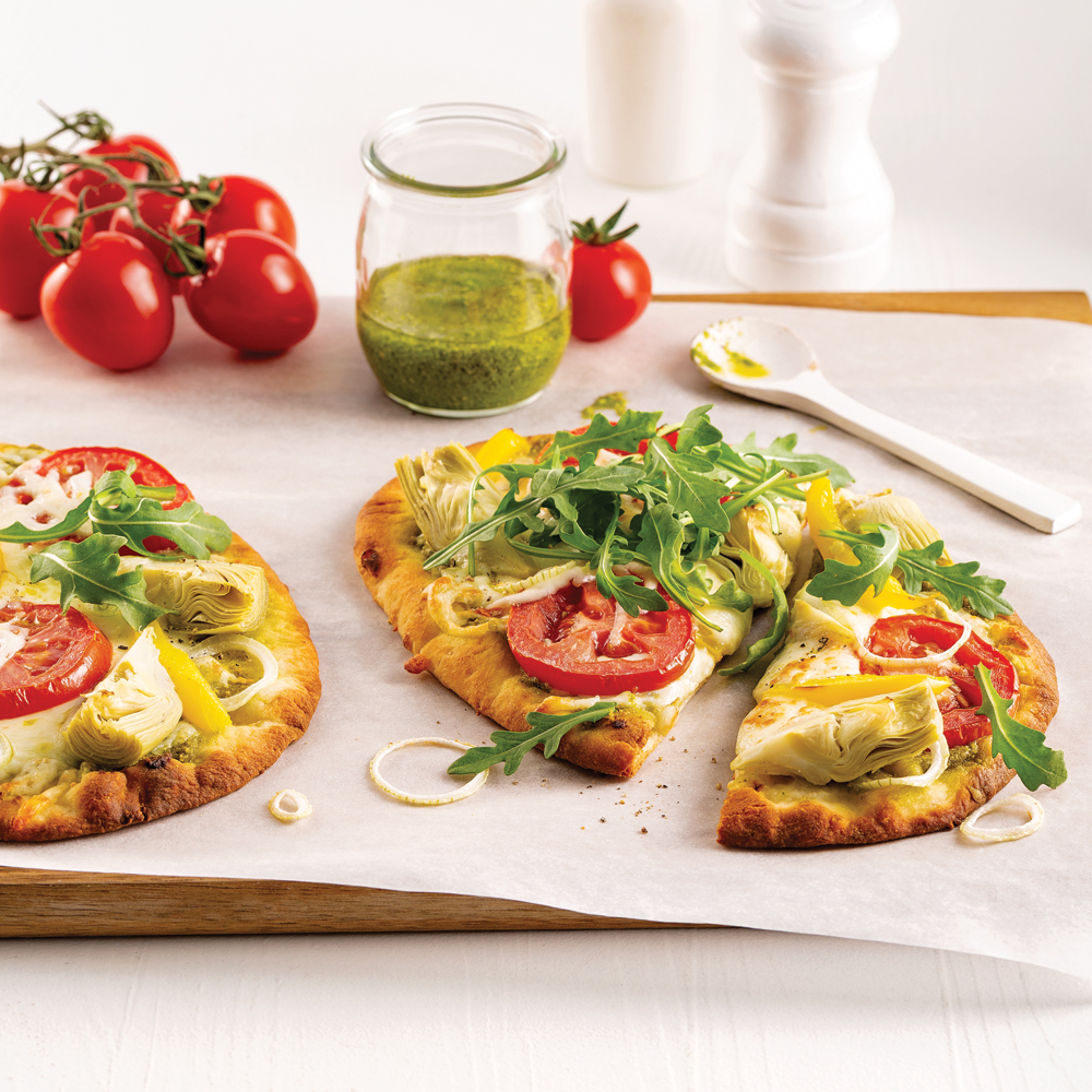 Pizza végétarienne sur pain naan à la roquette