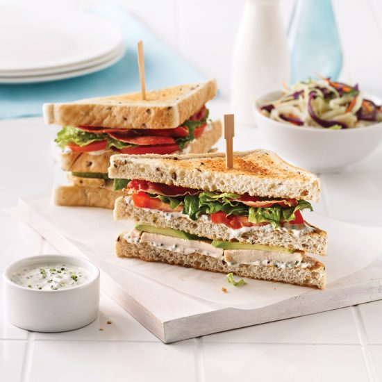 Club sandwich santé au poulet, prosciutto et avocat
