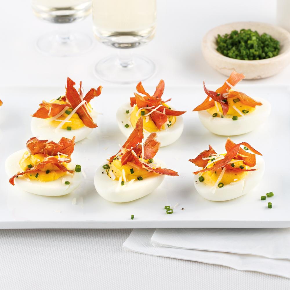 Oeufs farcis aux épinards, parmesan et prosciutto croustillant