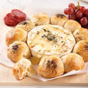 Couronne de brie fondant et petits pains briochés