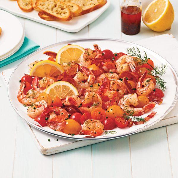 Crevettes et pancetta aux tomates cerises sur la plaque