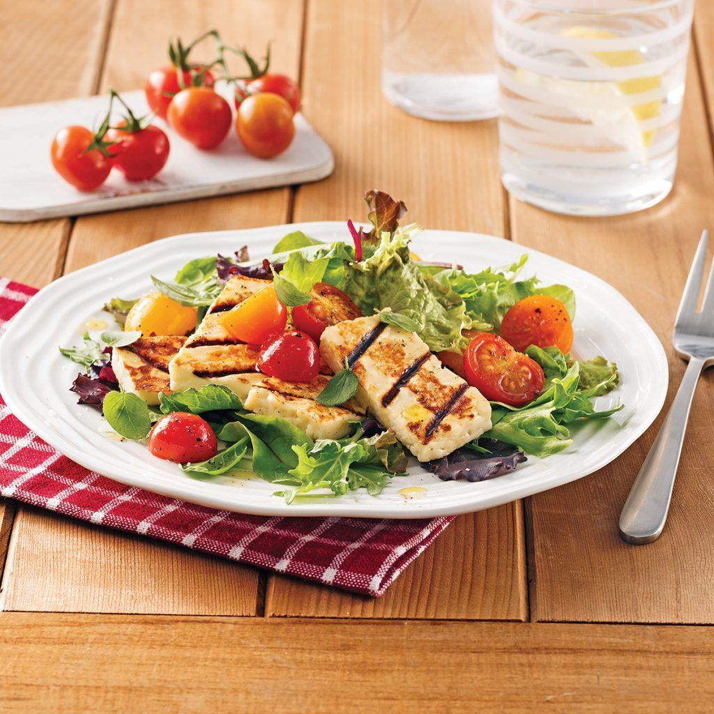 Salade de halloumi grillé et tomates cerises