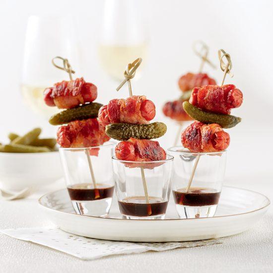 Mini-brochettes de saucisses au bacon et cornichons, sauce balsamique et érable