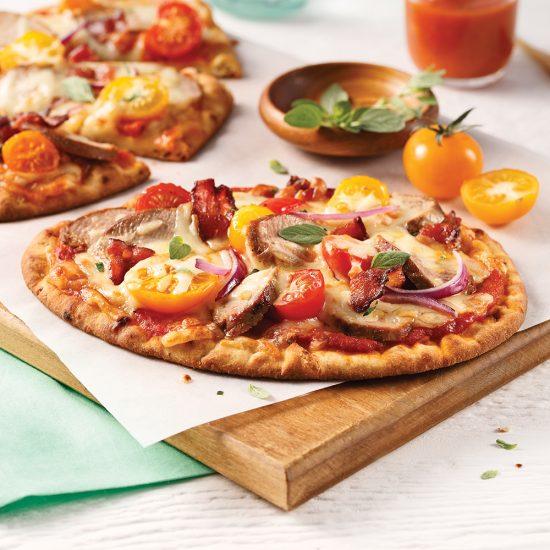 Pizza au porc, bacon et tomates cerises sur pain naan