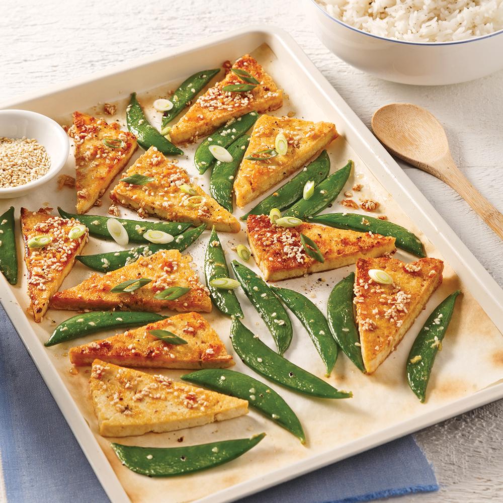 Tofu miel et sésame sur la plaque