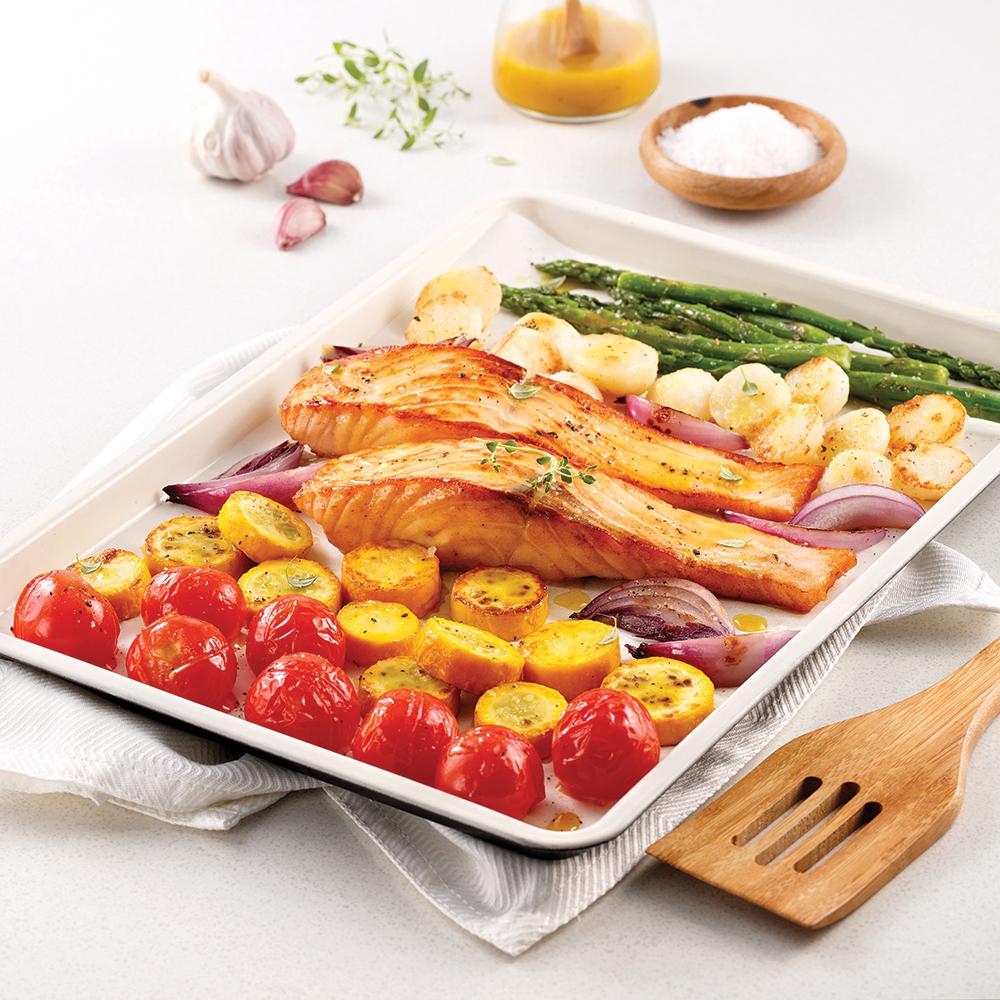 Saumon et légumes sur la plaque