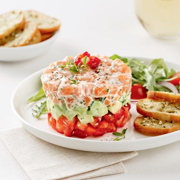 Tartare de saumon étagé, fraises et avocat