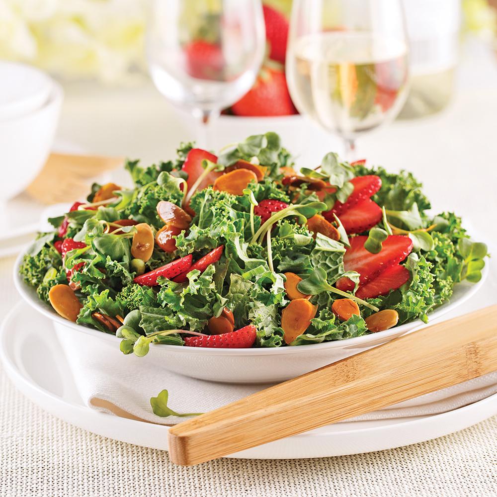 Salade de chou kale, fraises et amandes au miel