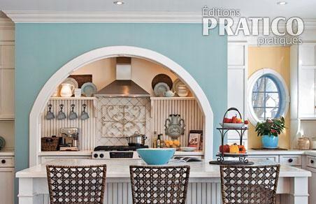 Cette Cuisine A été Réalisée Avec Les Couleurs Bleu Provençal (nº HC 149),  Semoule (nº CC 180) Et Blanc Dune (nº OC 37) De La Marque Benjamin Moore.