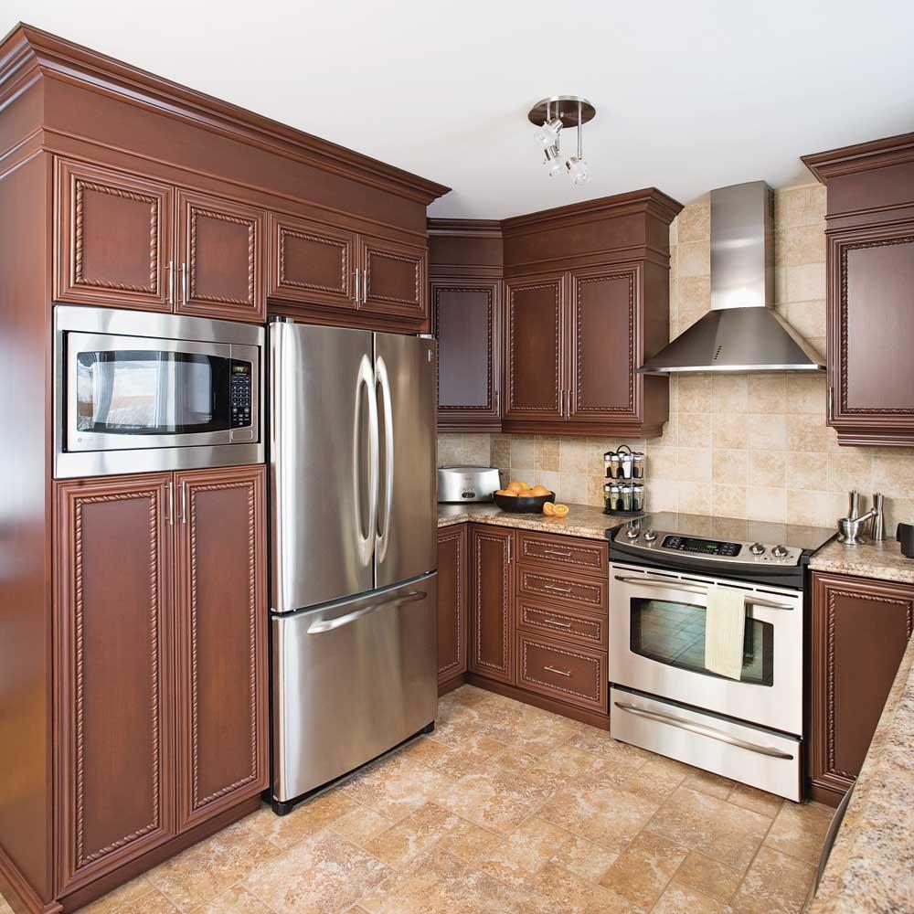 Fermer le haut des armoires d'une cuisine en mélamine