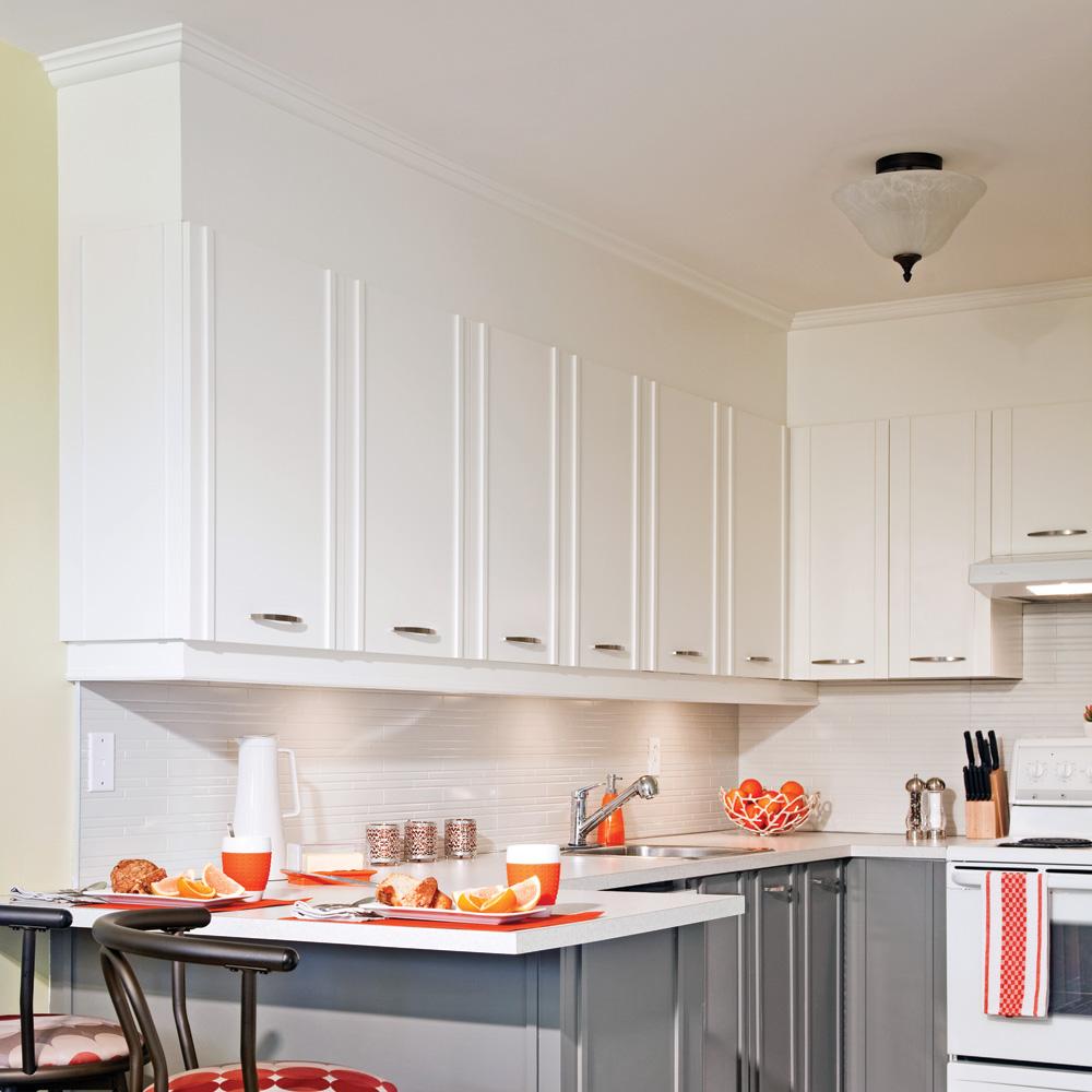 Fabriquer Des Portes D Armoires De Cuisine en étapes: fermer l'espace entre les armoires et le plafond