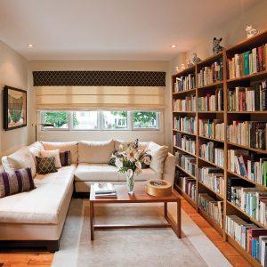 Une bibliothèque chaleureuse pour le salon