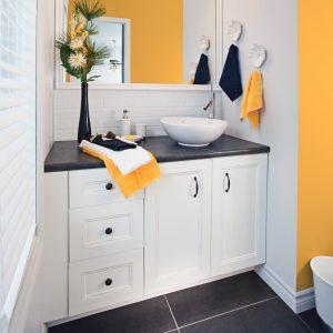 Transformer un meuble-lavabo en mélamine