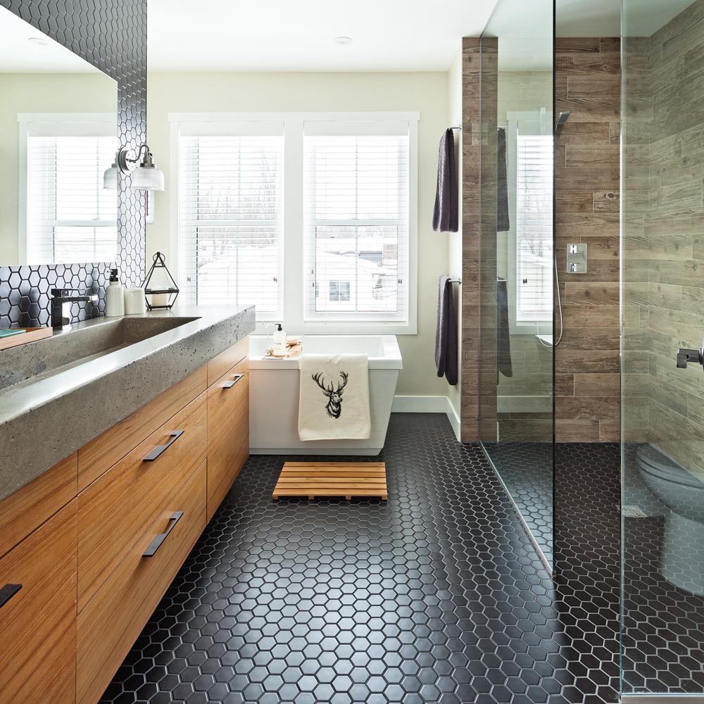 Heureux contrastes dans la salle de bain