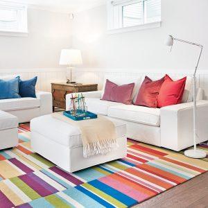 Un sous-sol coloré et bien aménagé pour toute la famille