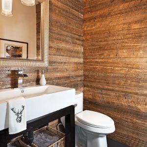 Du bois mur à mur à la salle de bain
