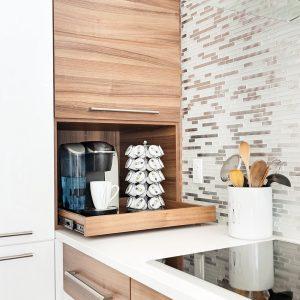 Rangement utile dans la cuisine pour dissimuler la machine à café