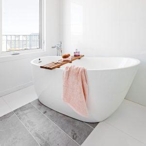 Une salle de bain de style hôtel à petit prix