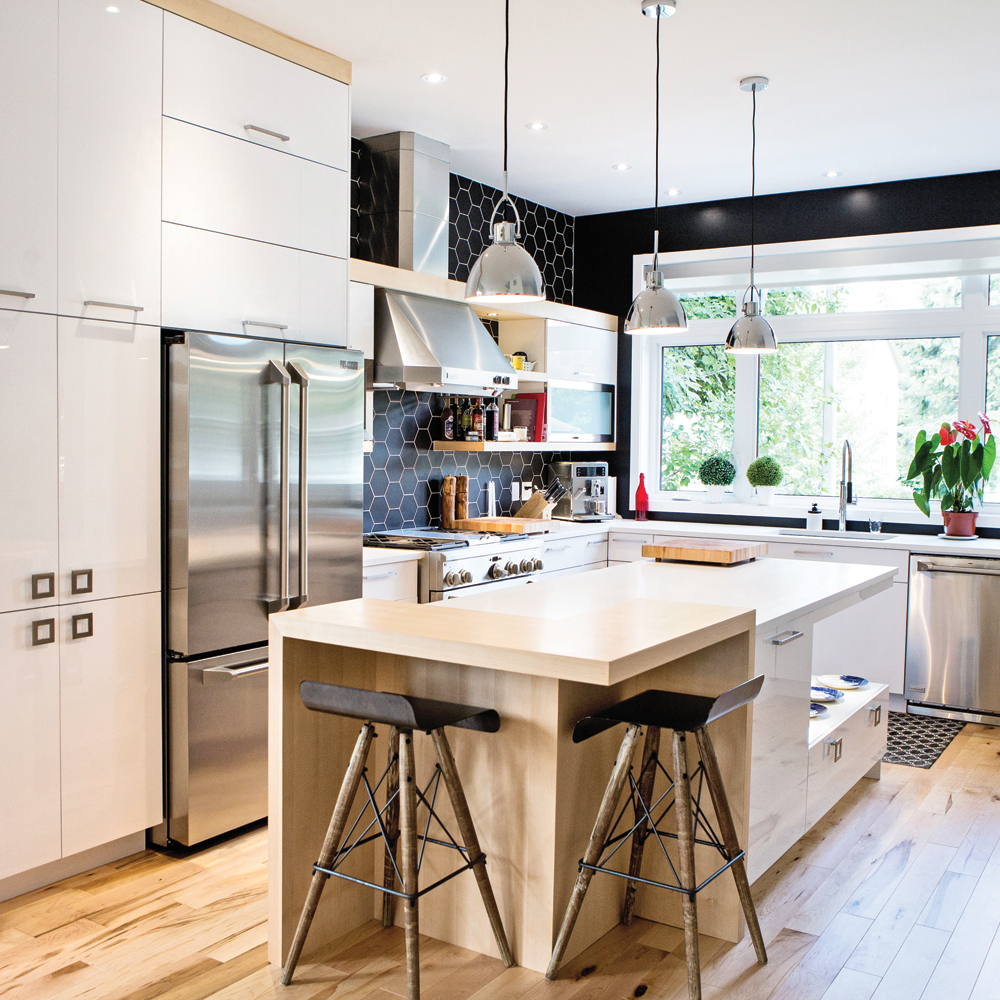 Mix and match réussi pour une cuisine rangée et design
