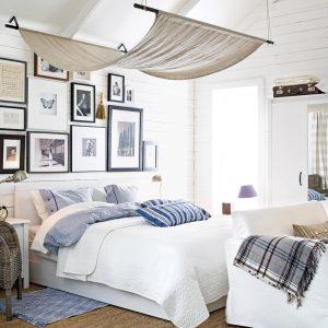 Une murale de cadres comme tête de lit