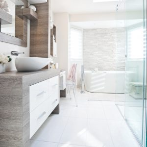 Une salle de bain tout en légèreté