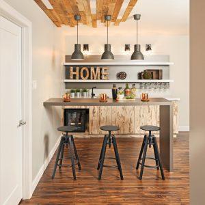 Du plancher… au plafond pour un coin-bar à effet wow!
