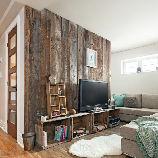 Créer un mur vedette en bois récup' au sous-sol