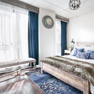 Parfaites cantonnières dans la chambre à coucher