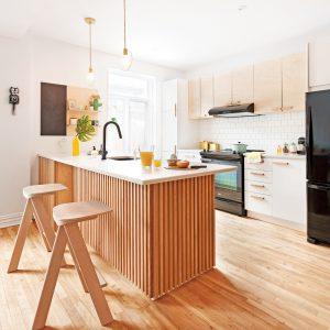Une cuisine revampée façon écono avec des lattes de bois