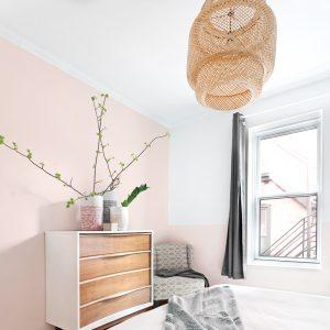 Mur d'accent rose tendre dans la chambre