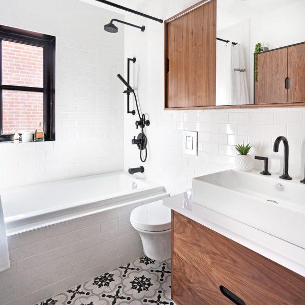 Robinetterie noire dans une salle de bain contemporaine aux accents rétro