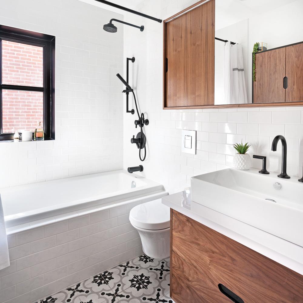 Robinetterie noire dans une salle de bain contemporaine aux accents ...