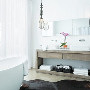 Salle de bain fonctionnelle et immaculée