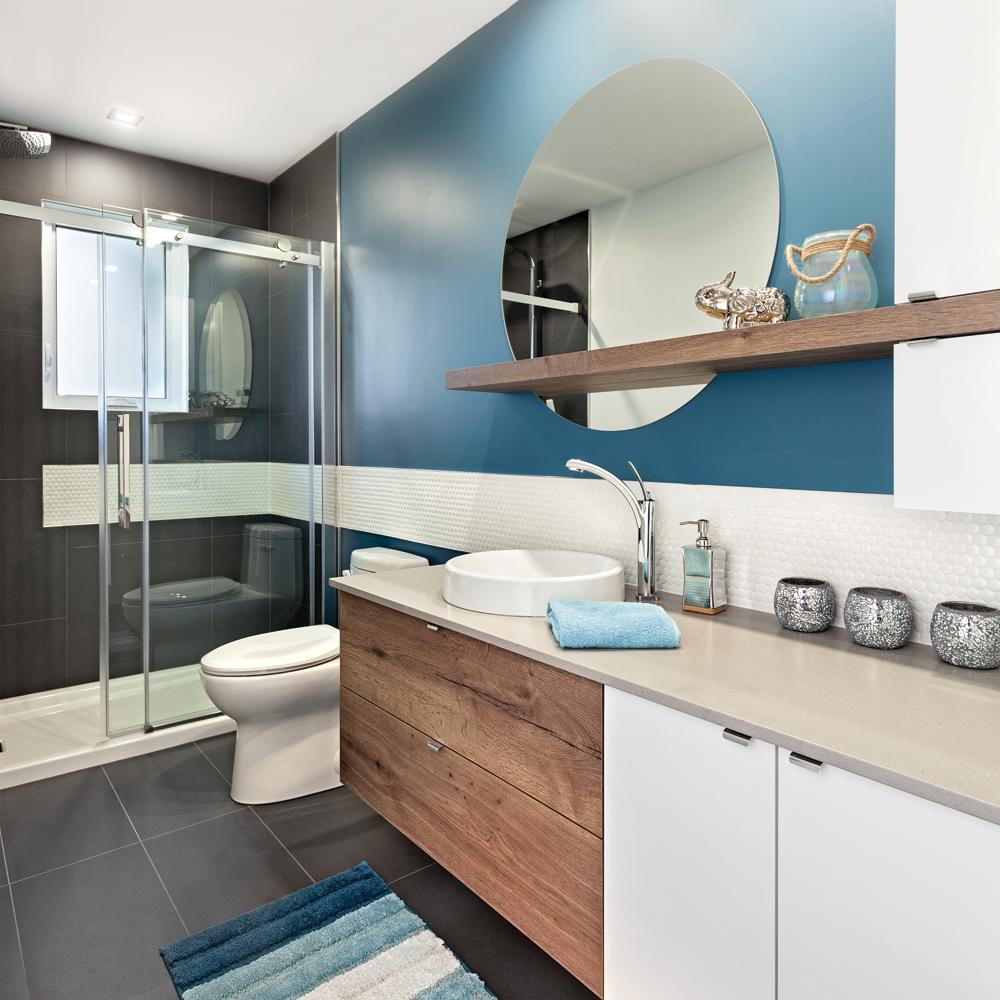 Bleu galactique dans la salle de bain