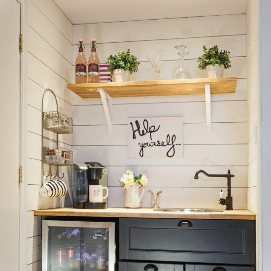 Mur de planches et tablette en bois pour un coin-bar plein de style