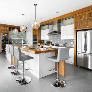 Combinaison harmonieuse de bois, de blanc et de céramique pour une cuisine contemporaine