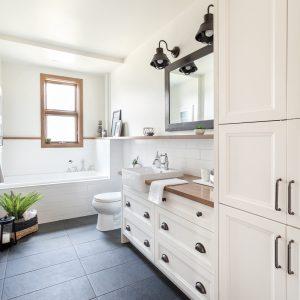 Salle de bain de style champêtre moderne