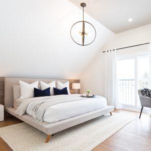 Chambre neutre et chaleureuse