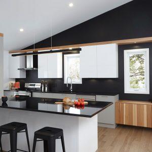 Accents de noir et graphisme moderne pour donner du style à la cuisine