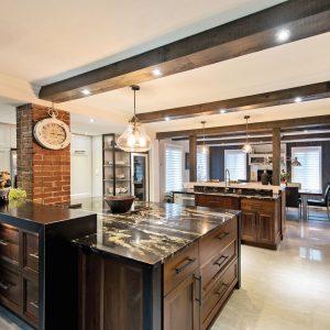 Poutres, mur de brique et armoires de bois: cette cuisine est superbe!