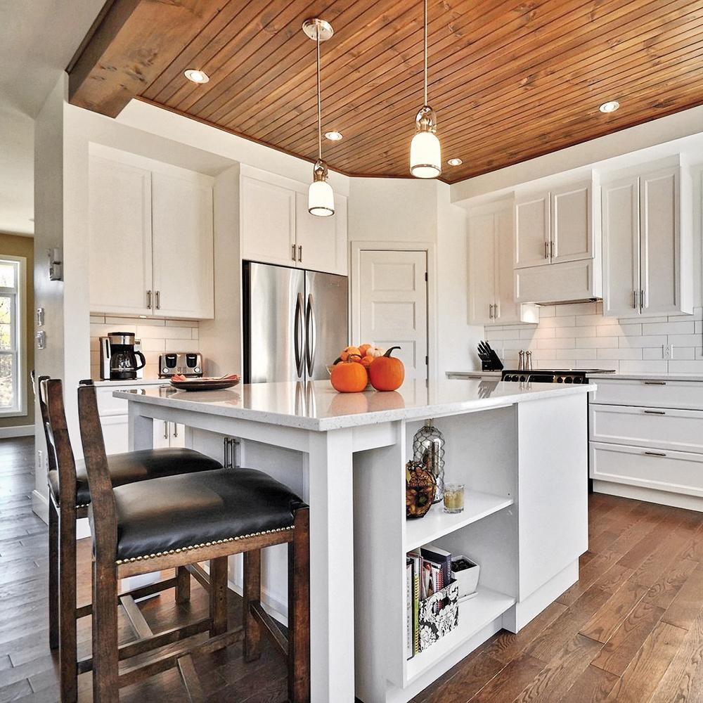 Cuisine au plafond de bois enveloppant - Je Décore